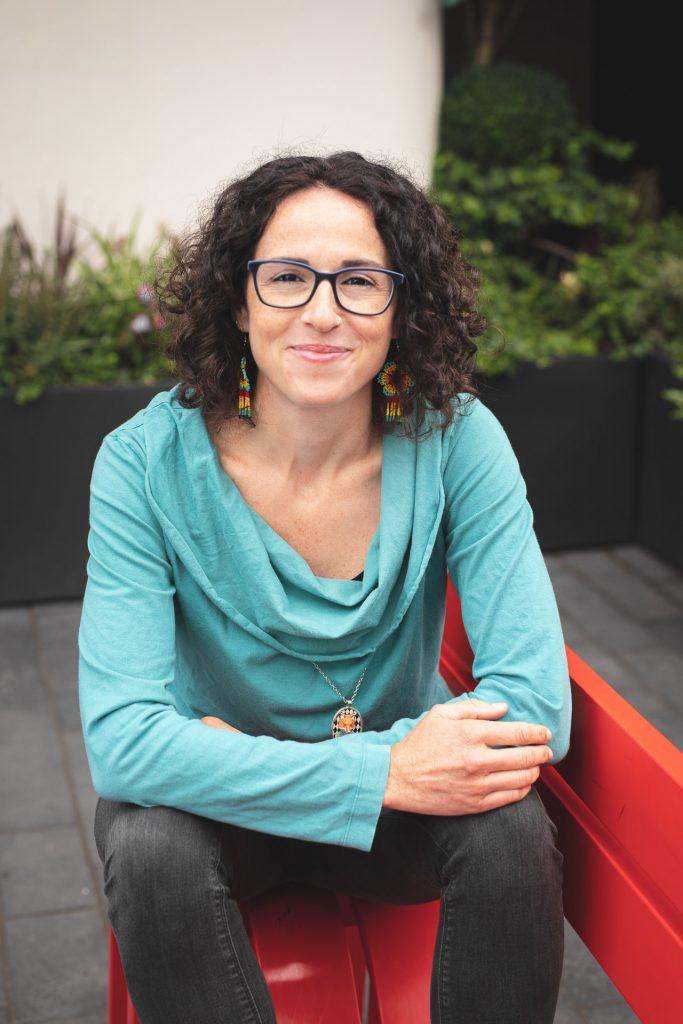 Carolina Casado Parras sentada en un banco en Londres